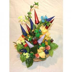Букет из конфет «Весенний сад»Доставка букетов из конфет возможна при оформлении заказа не ранее чем за 2  (два) рабочих дня до планируемой даты доставки.<br><br><br><br>Сладкий букет из конфет принесет радость вашим близким В данном букете 35 шоколадных конфет.<br>Размер:  высота...<br>