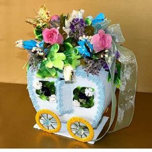 Букет из конфет «Карета для золушки»Доставка букетов из конфет возможна при оформлении заказа не ранее чем за 2 (два) рабочих дня до планируемой даты доставки.<br><br><br><br>Букет выполнен с использованием флористических материалов, шелковых цветов высокого качества и сухоцветов. В д...<br>