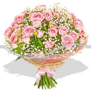 Нежный букет розовых кустовых роз