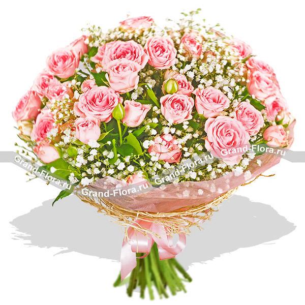Антураж - букет из кустовых  роз и гипсофилы