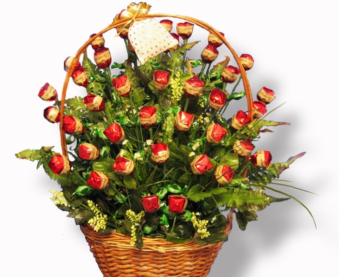 Подарочная корзина из конфет от Grand-Flora.ru