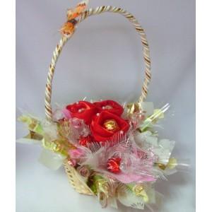 Ваниль с красными розамиДоставка букетов из конфет возможна при оформлении заказа не ранее чем за 2  (два) рабочих дня до планируемой даты доставки.<br> <br> <br><br>...<br>